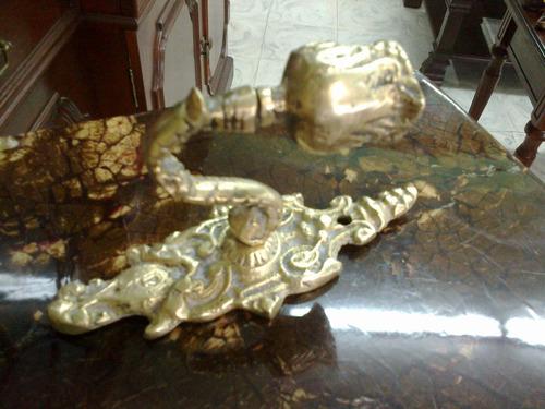 candelabro antiguo de pared en bronce gravado 1 vela