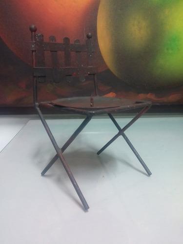 candelabro de mesa en hierro hindu en forma de silla