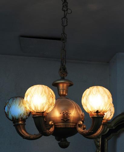 candil vintage, en metal dorado, pantallas esfera de cristal
