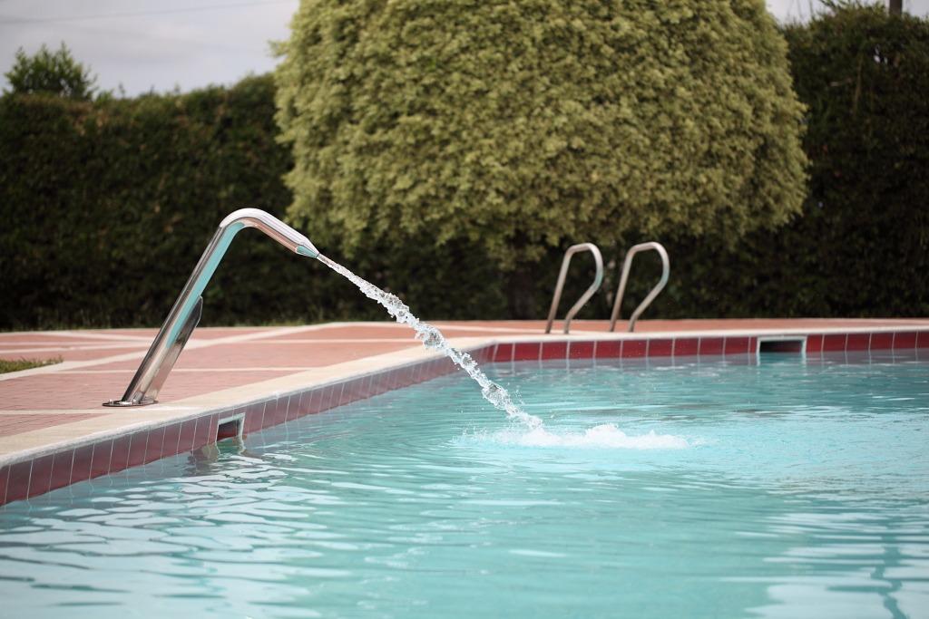 Ca on de agua para piscinas y jacuzzi en for Canon piscina