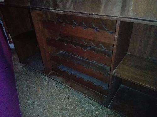 cantina de madera el color cafe con iluminación interior