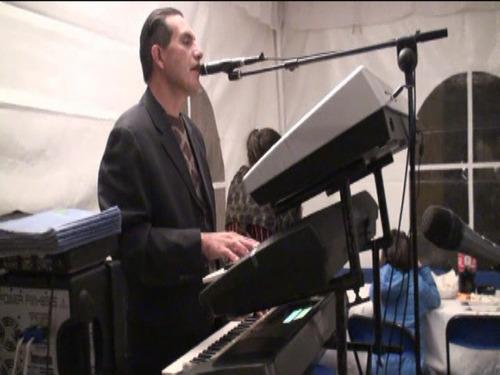 canto de la misa con tecladista u dueto vocal o coro desde