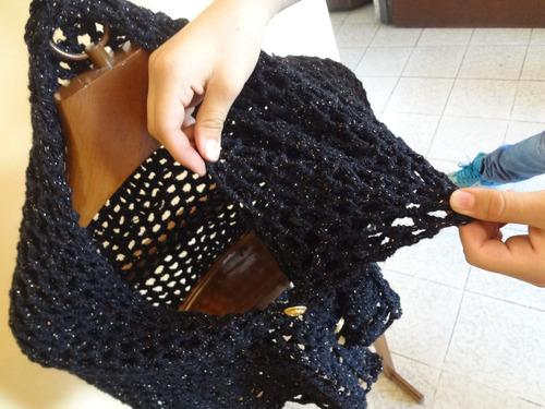 capa tejida en color negro y dorado, elegante y conservadora