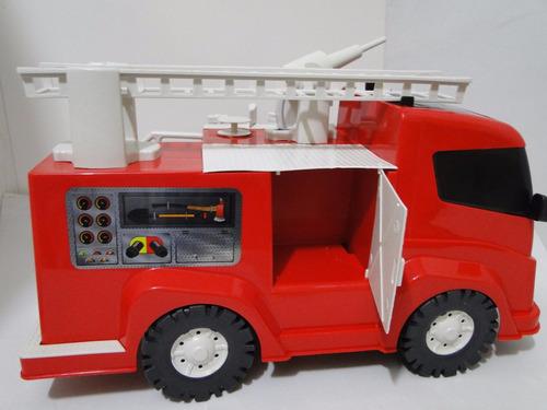 capacete e caminhão bombeiro brinquedo esguicha agua