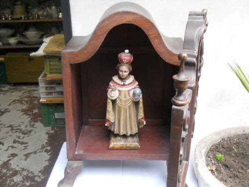 capilla de madera muy antigua  con la virgen del rosario