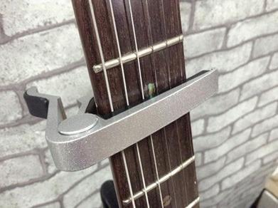 capotraste / braçadeira guitarra  violão - prata - cp591