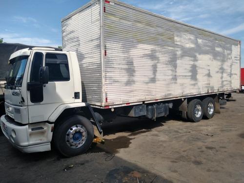 cargo 2428 6x2 com baú de 10 mts.