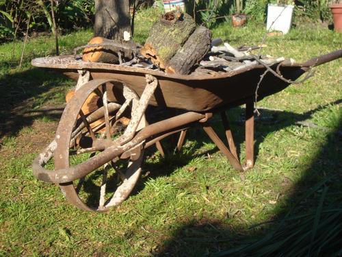 carretilla de hierro antigua