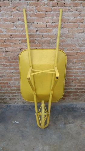 carrinho de mão antigo com roda de ferro