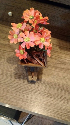 carriola madeira envelhecida com flores artificiais