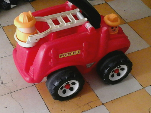 carrito de bomberos con muñecos en forma de huevo