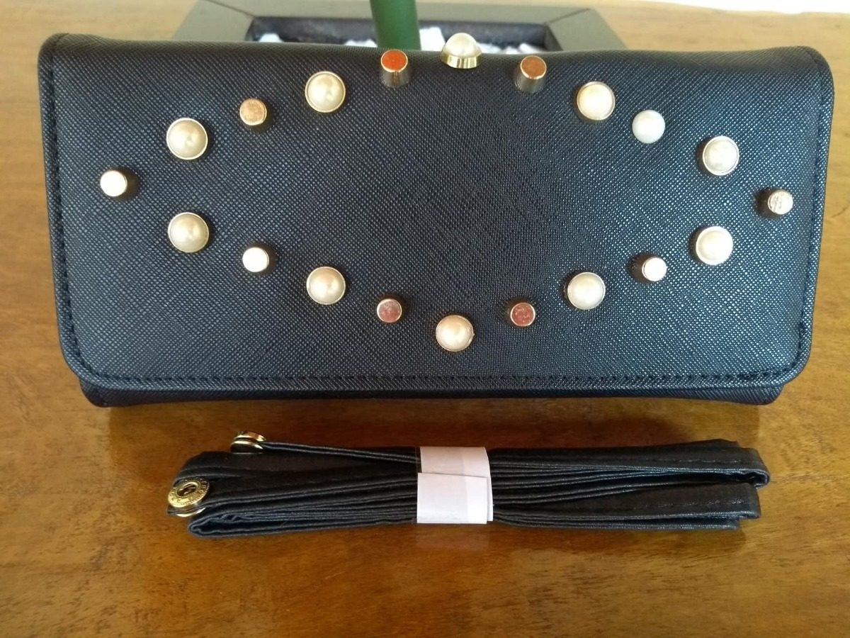 1315da24e carteira feminina transversal de mão com tachas e pérolas. Carregando zoom.