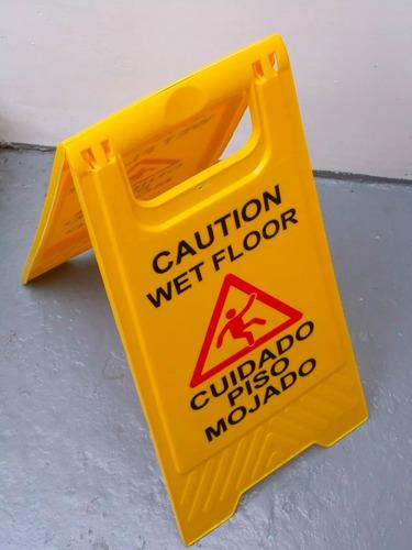 cartel señal seguridad plástico amarillo piso mojado cuidado