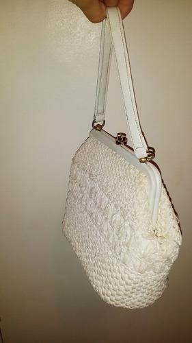 cartera blanca de cuero y crochet