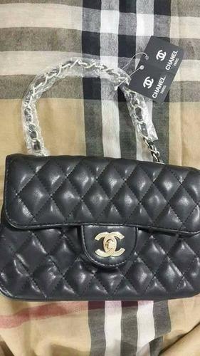 cartera clasica chnl negra cadenas doradas  25x15cm