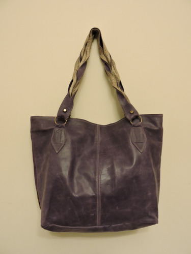 cartera de cuero y piel ana mezho. color violeta.
