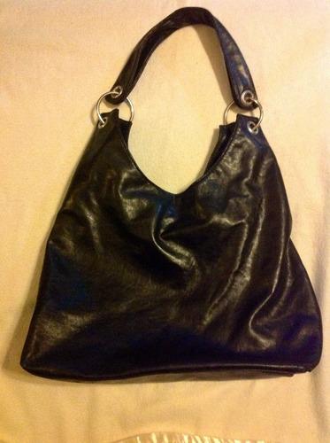 cartera negra con aros metálicos cómoda y linda