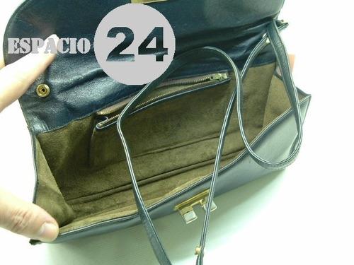 cartera sobre de cuero de color azul, rectangular. bolso