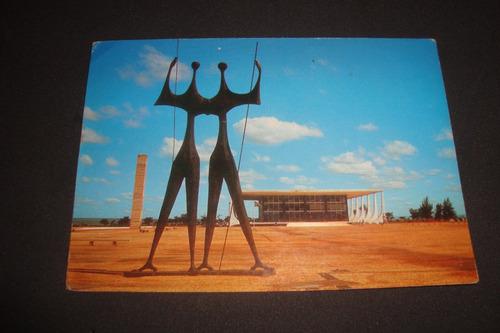 cartão postal,monumento dos candangos e tribunal federal...