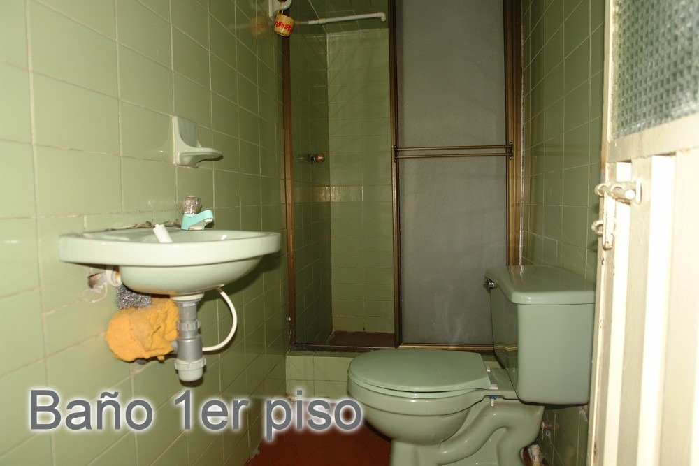 cas de 3 pisos con un baño por piso, 8 habitaciones, local.
