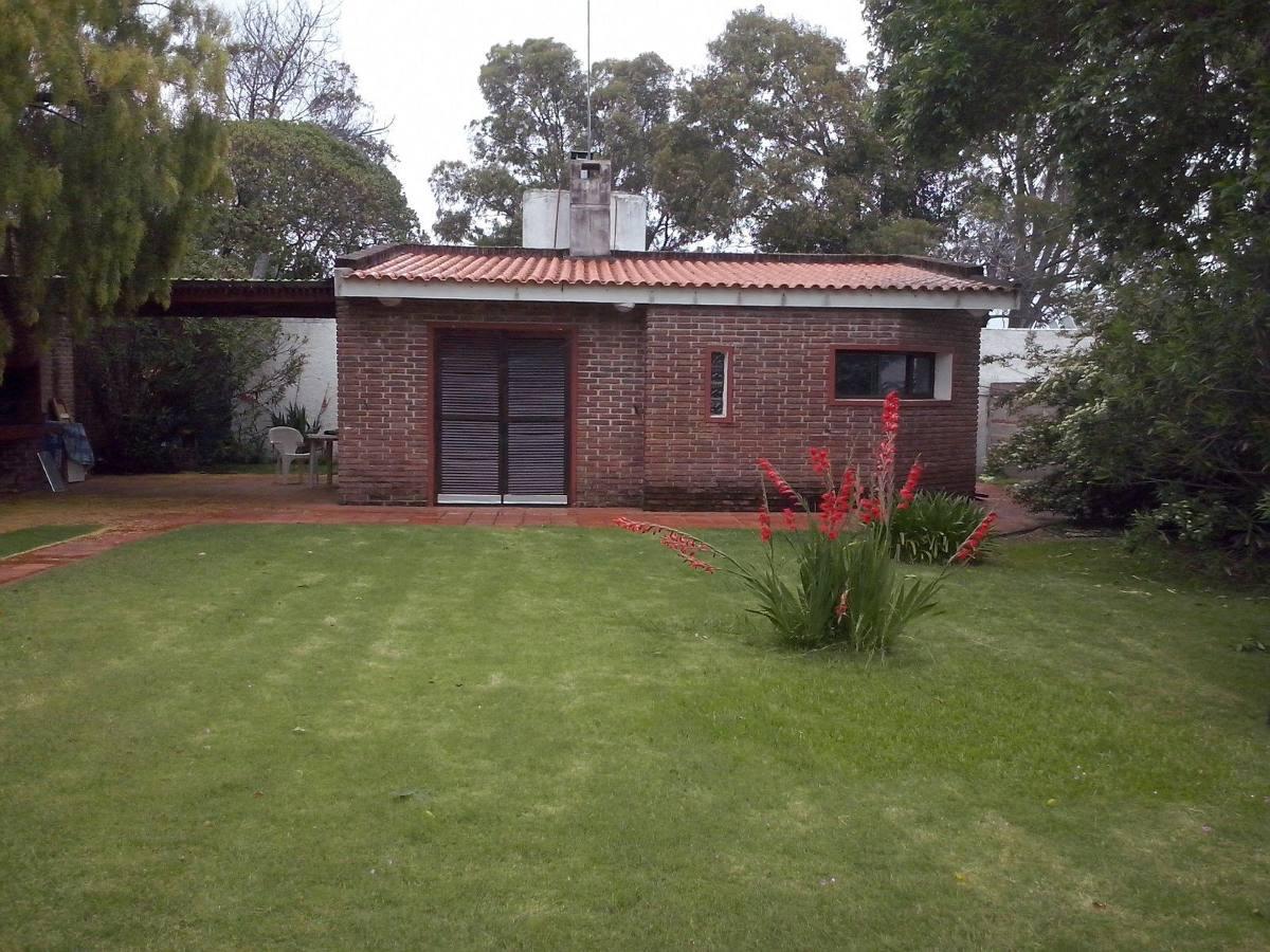 casa 2 ambientes 2 baños y parrillero.