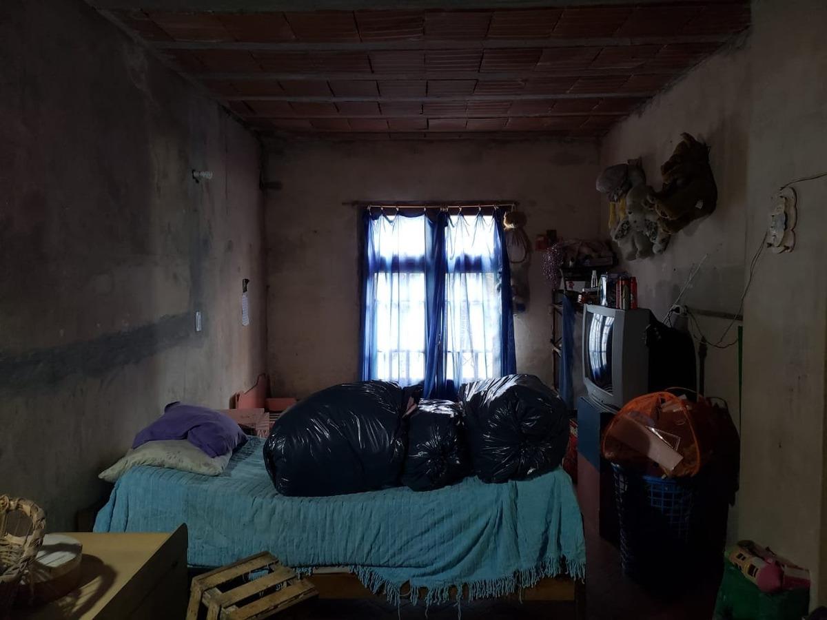 casa 2 ambientes a reciclar con cochera en barrio los pinares en venta