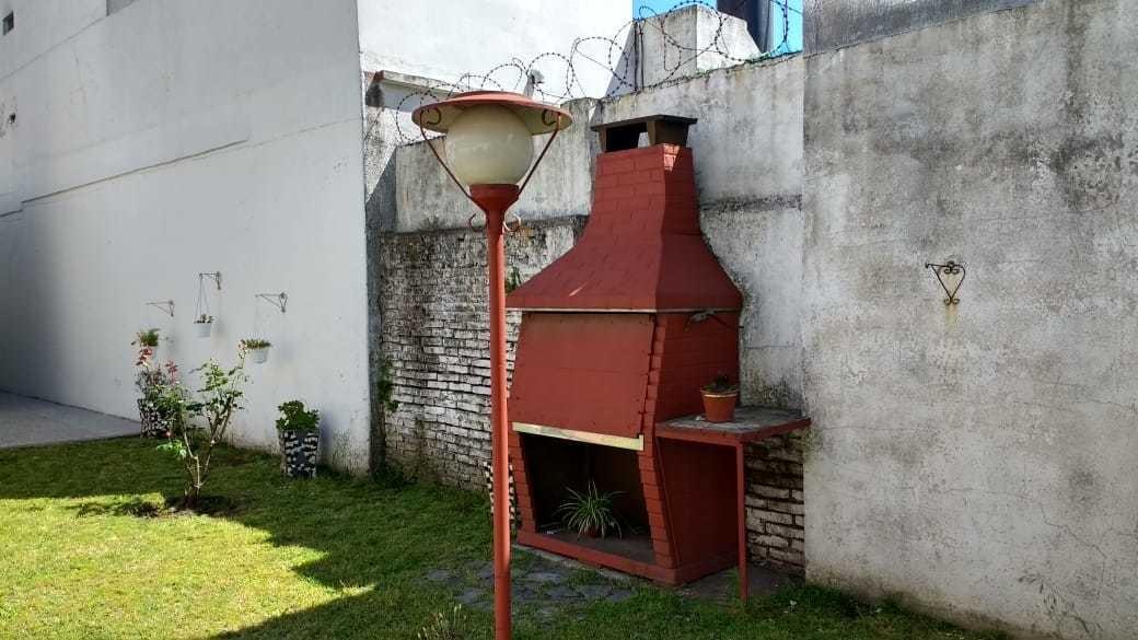 casa 2 ambientes, con garage y patio. bernal. formosa 900
