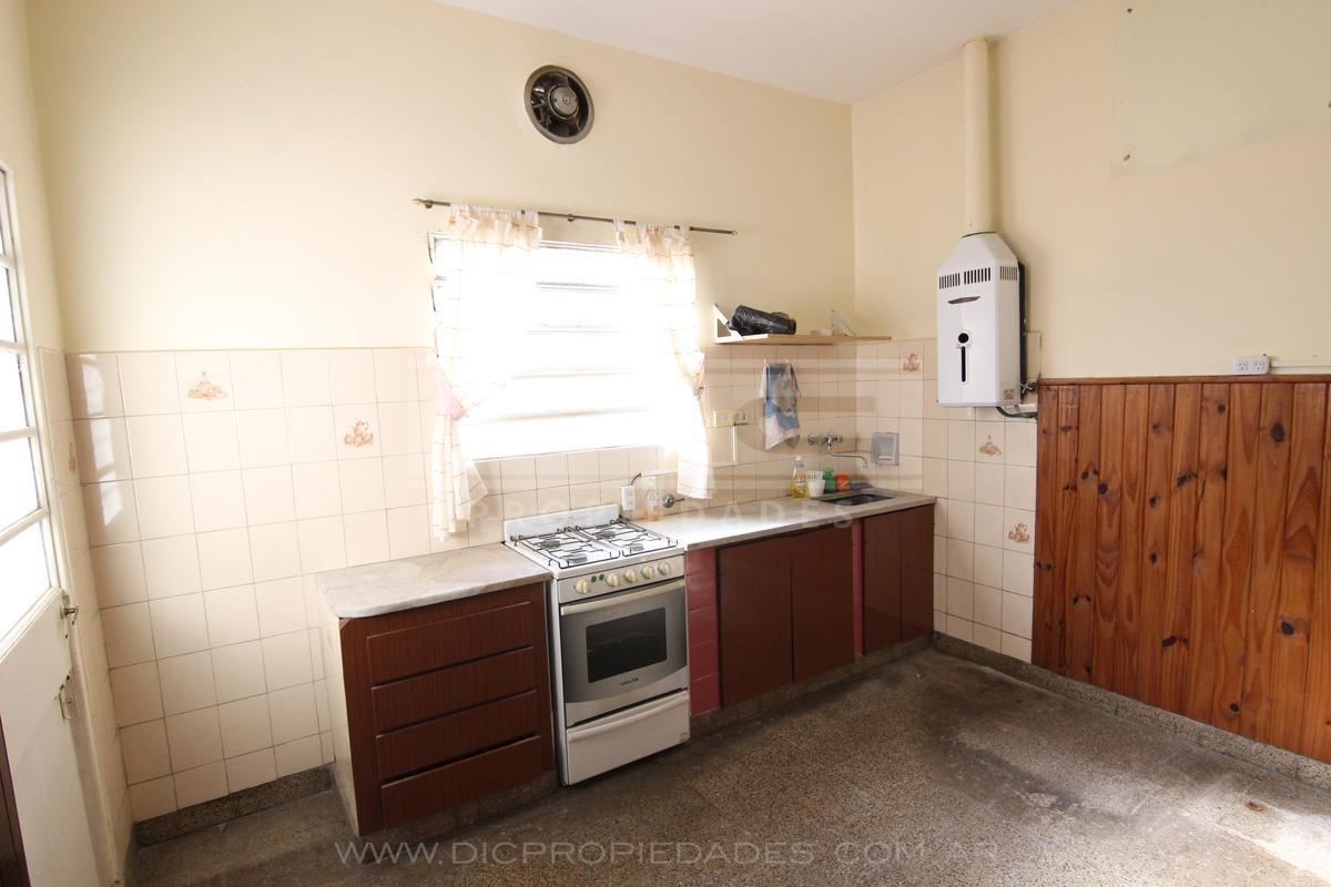 casa  2 ambientes ubicada en excelente zona de olivos.