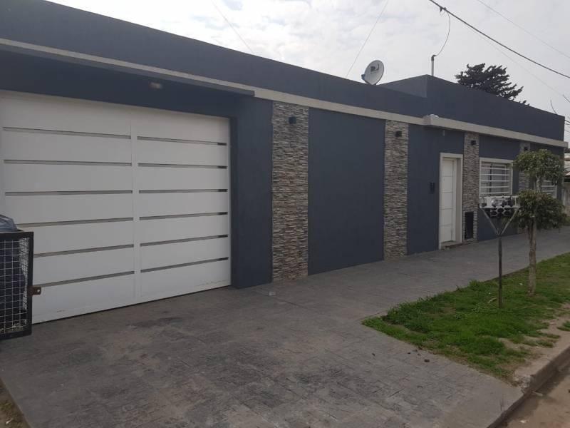 casa 2 dormitorios con garage y parque acepta permuta