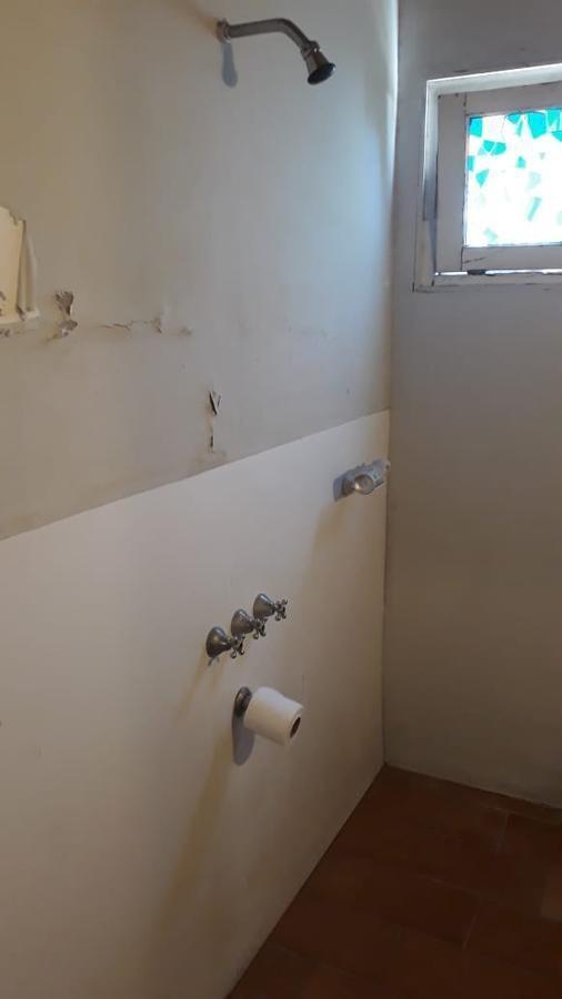 casa 2 dormitorios, parrilla y cochera 3 autos-140 mts 2 -la plata