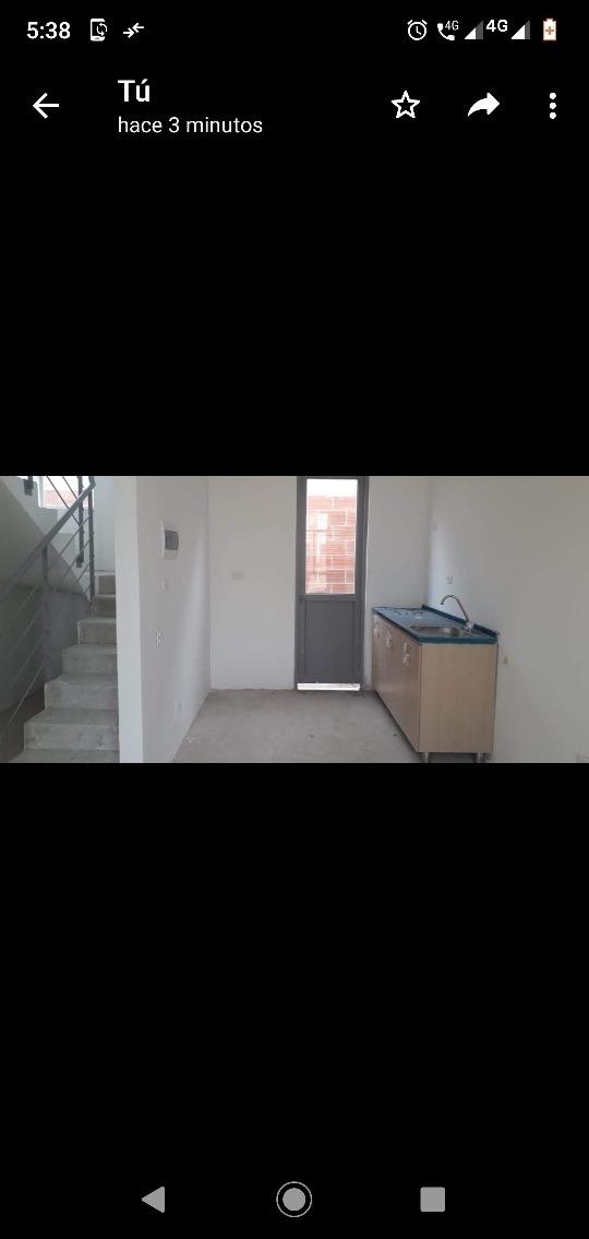 casa 2 pisos 3 habitaciónes, 2 baños, estudio.