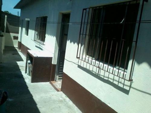 casa 2 quartos, ótimo bairro, meio lote, rua calçada!