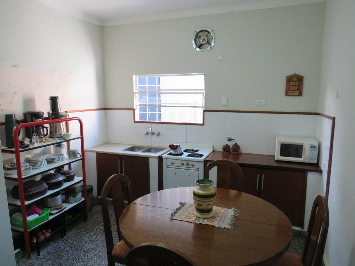 casa 3 amb con cochera, taller y depto de 2 amb al fondo
