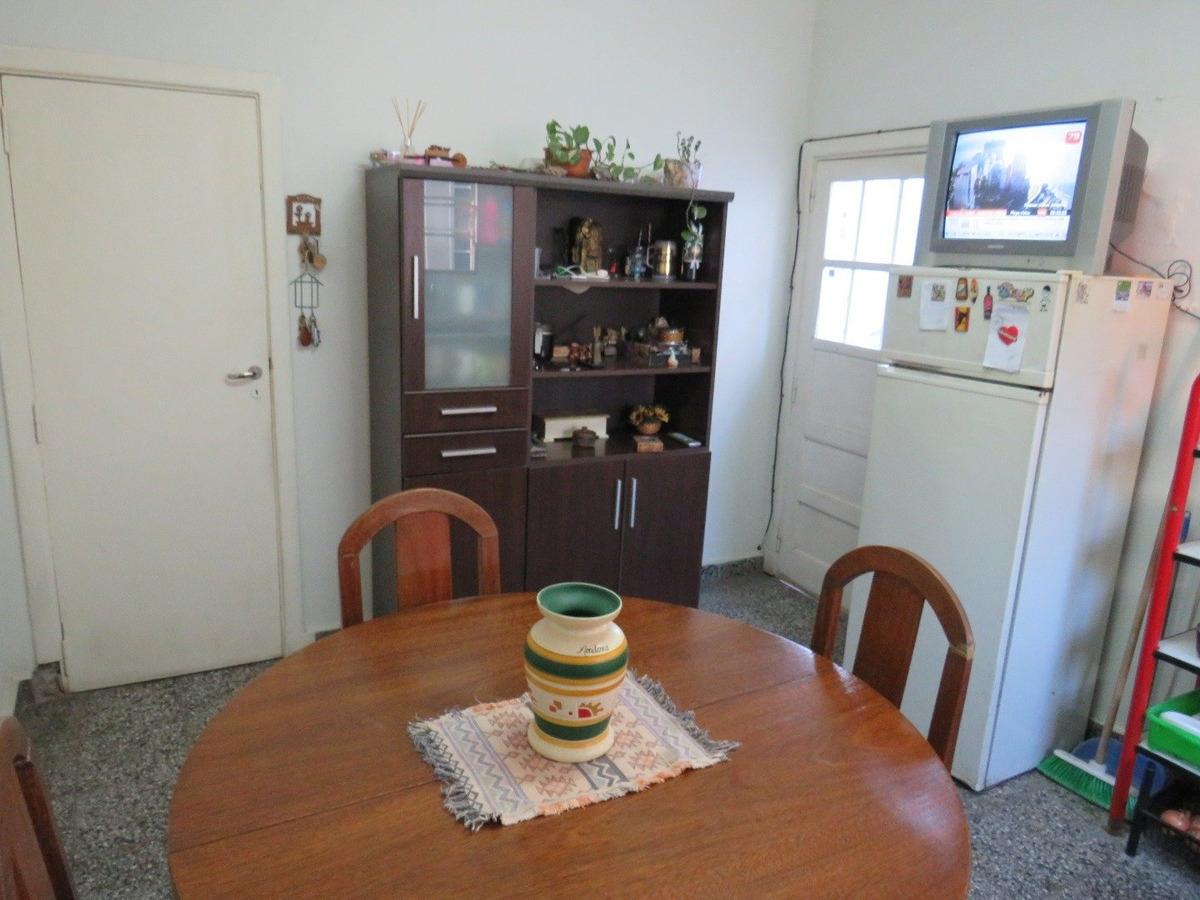 casa 3 amb con cochera, taller y depto de 2 amb al fondo- orden de vender!