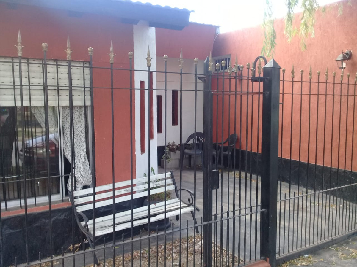 casa 3 ambientes con hermoso fondo con lavadero y local 1557