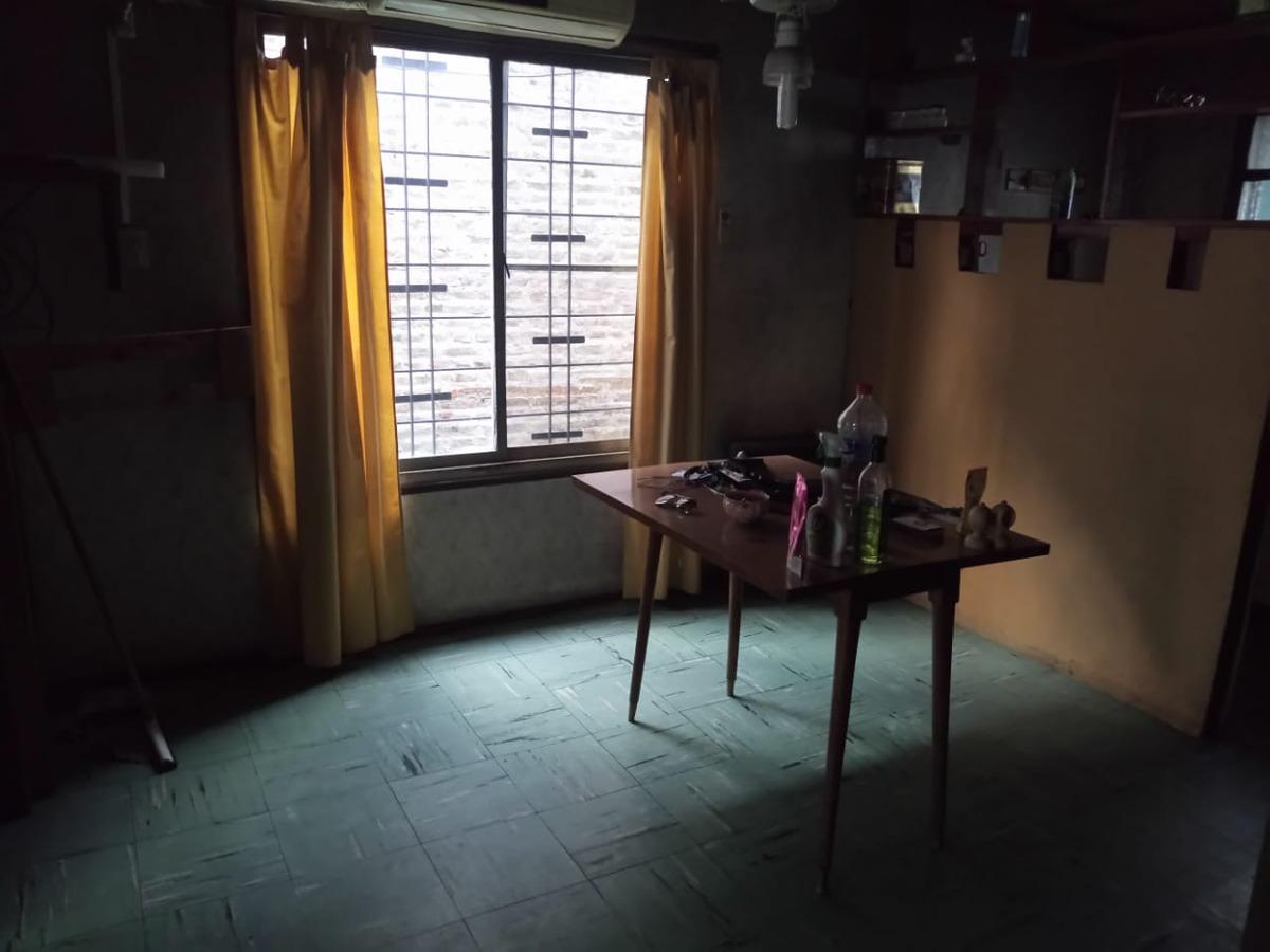 casa 3 ambientes, excelente ubicación en valentin alsina!