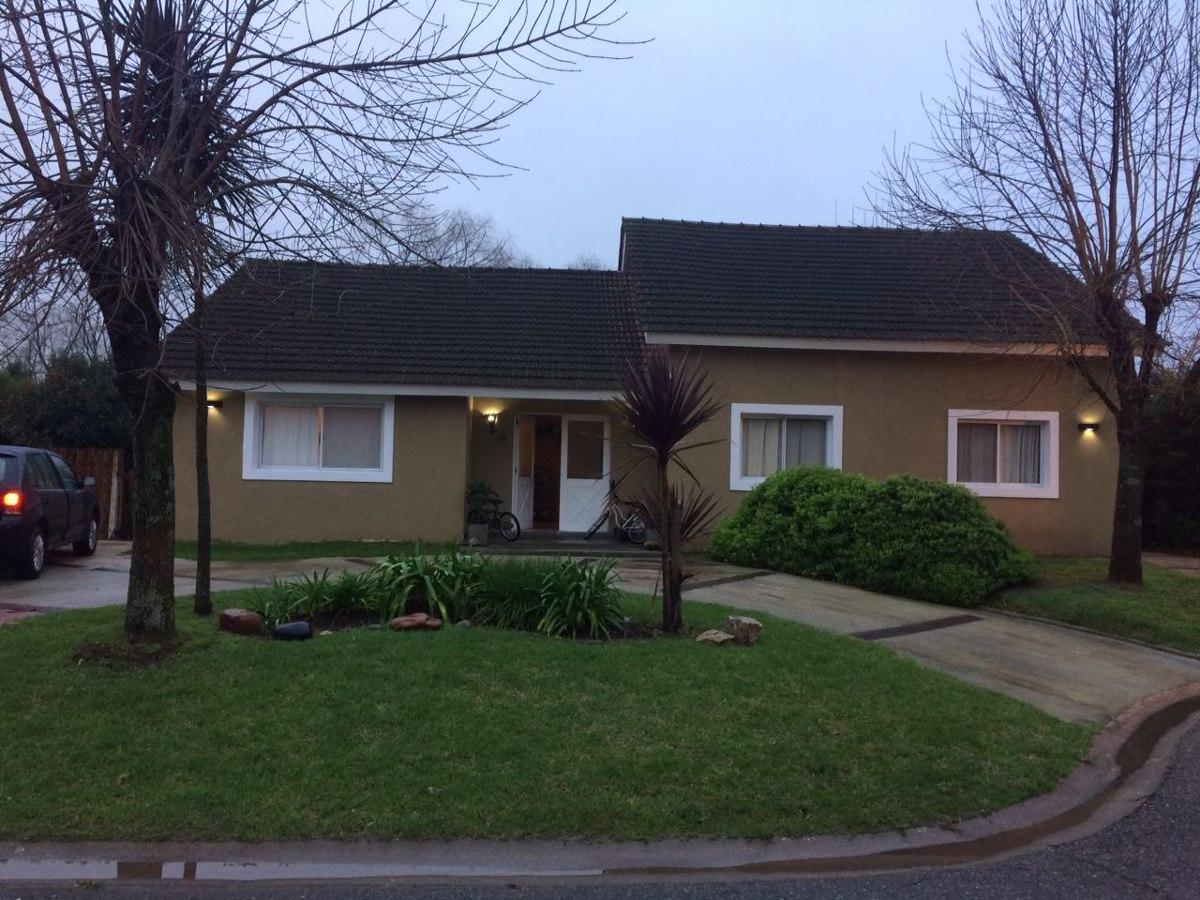 casa 3 dormitorios en acacias blancas. pileta y parrilla