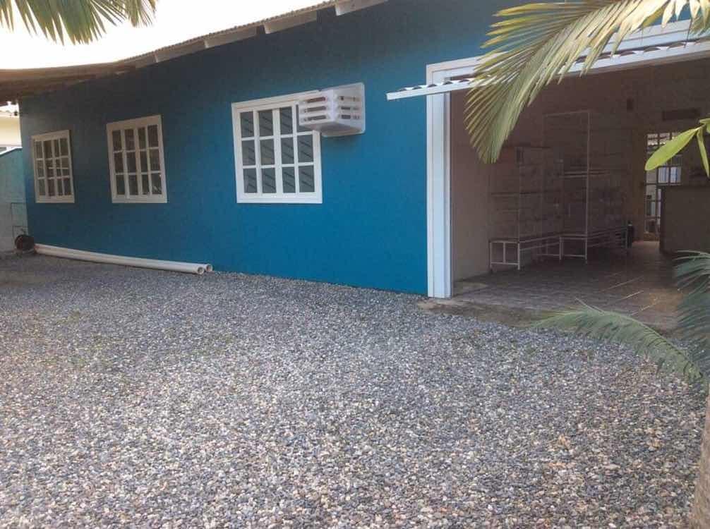 casa 3 quartos, um banheiro, 2 garagens.