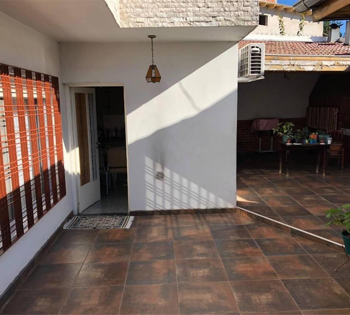 casa - 4 amb  2 cocheras cubiertas - patio y terraza