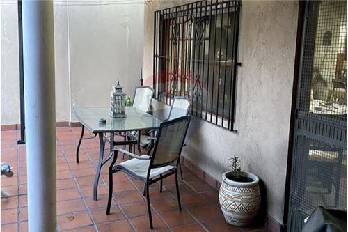 casa 4 amb. con jardin y picina, lote 8,66x40mts.