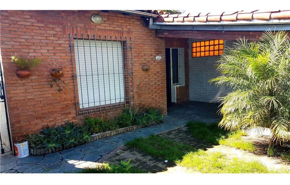 casa 4 amb. jardín, parrilla, coch. doble, olivos.