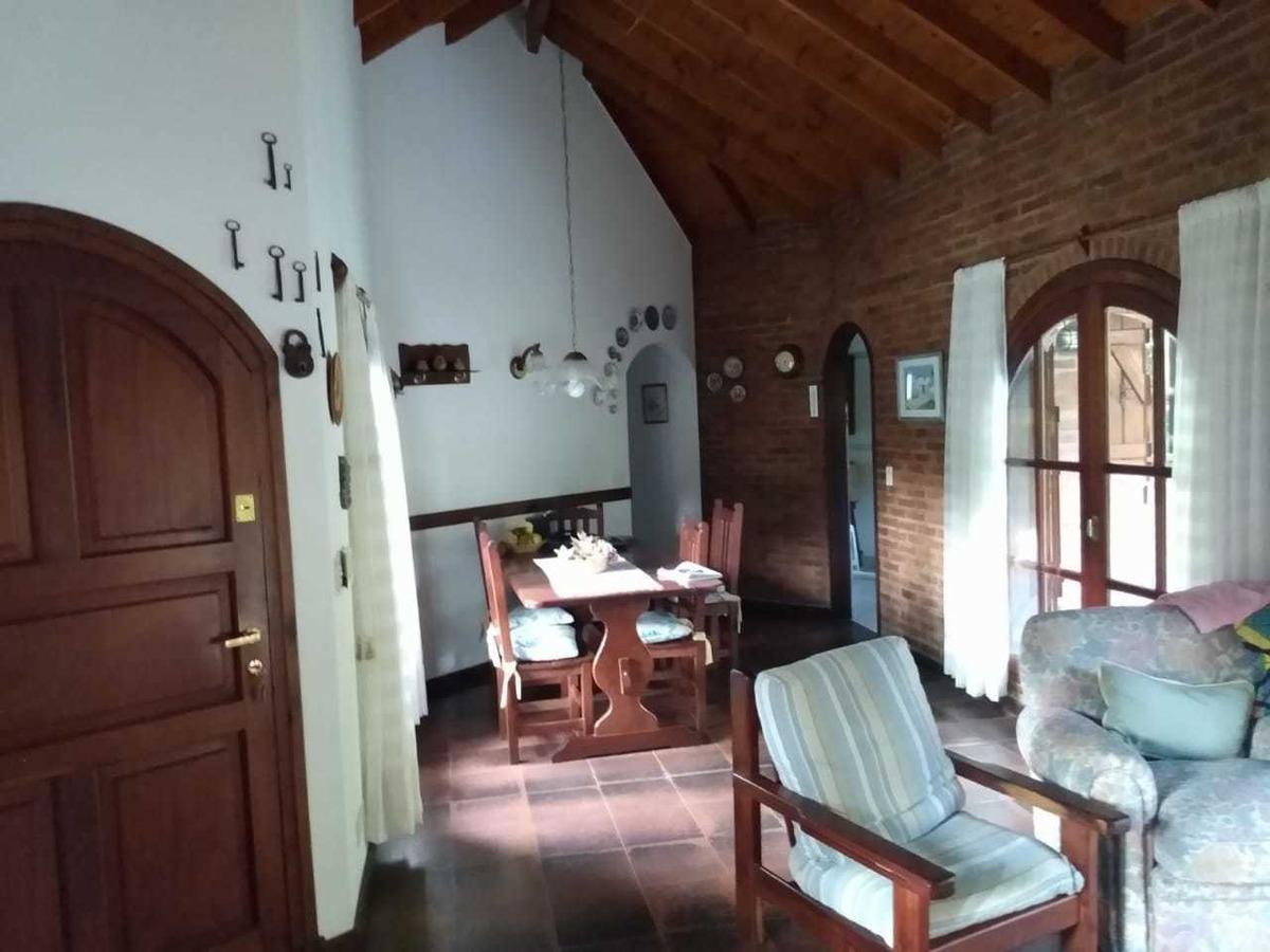 casa 4 ambientes a 7 cuadras de la playa. se toman permutas