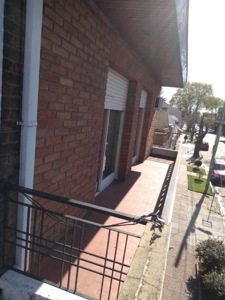casa 4 ambientes c/ patio y garage.