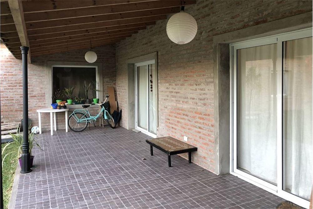 casa 4 ambientes con dep y amplio jardin