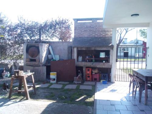 casa 4 ambientes con local y garage 4 autos! permuto cordoba