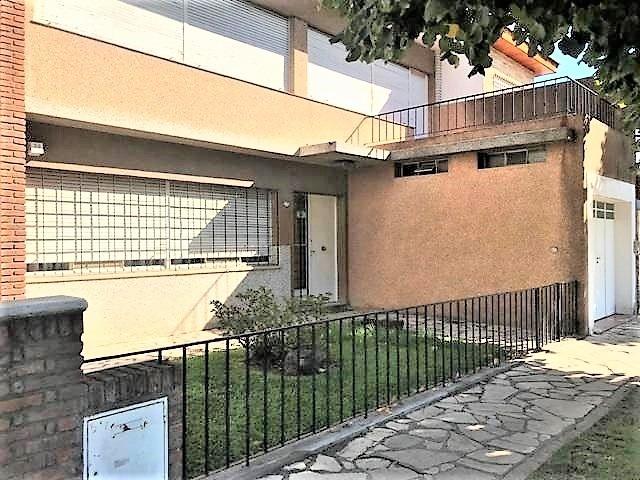 casa 4 ambientes con patio y fondo parquizado