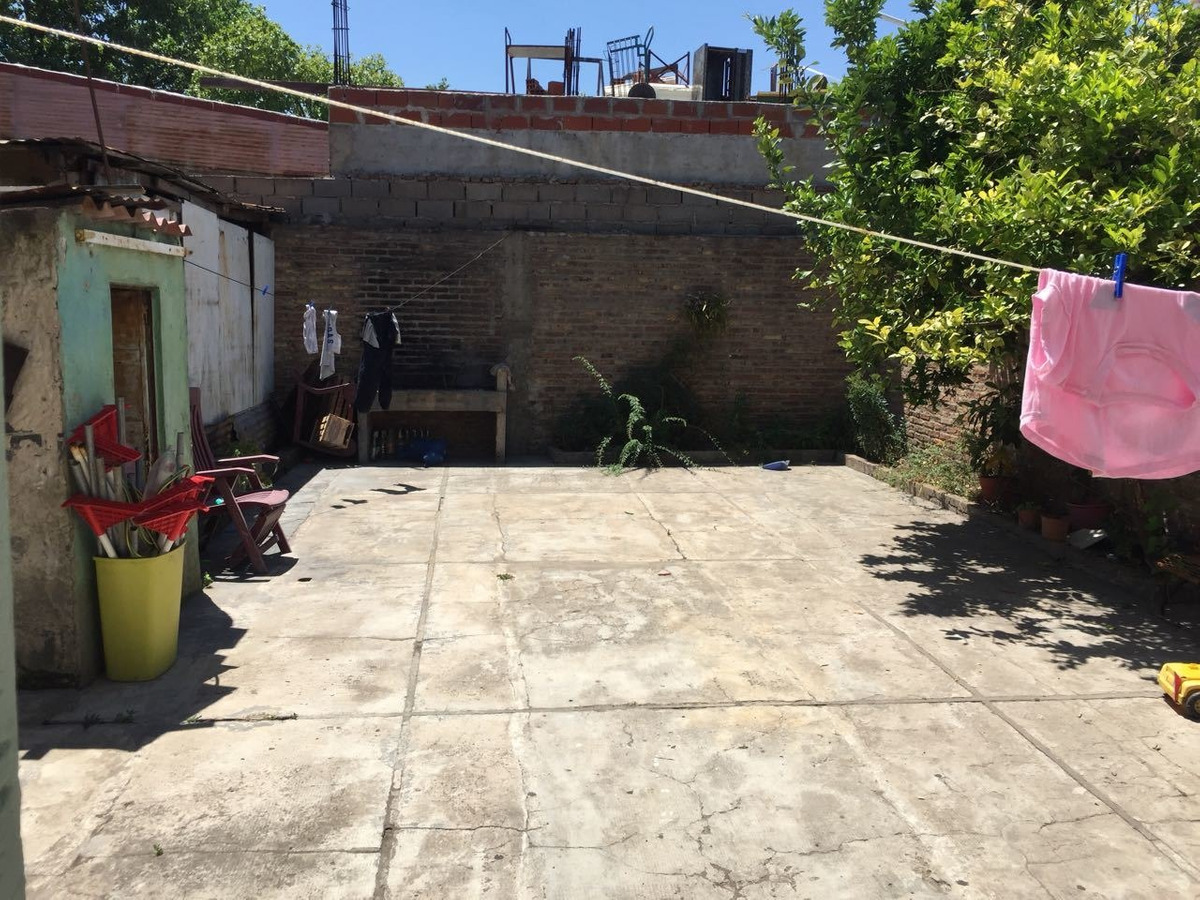 casa 4 ambientes en 2 plantas con patio y garage, irala 1000