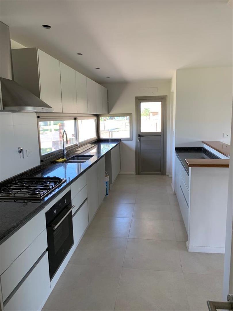 casa 4 ambientes en barrio privado el canton