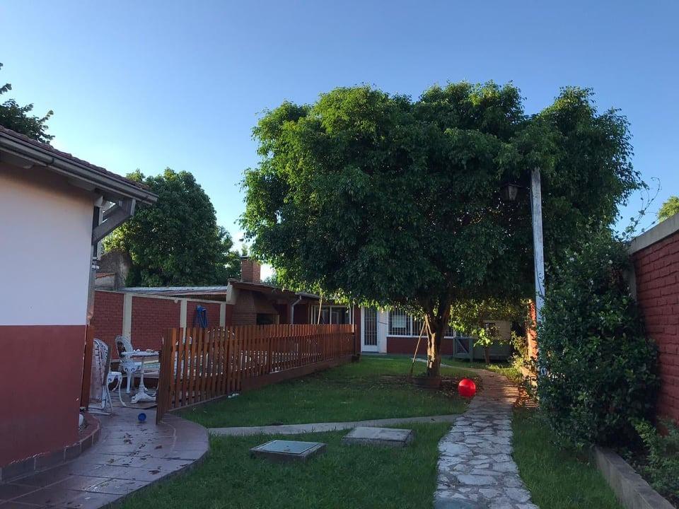 casa 4 ambientes en ituizango con amplio parque y  pileta