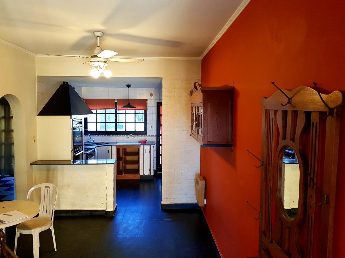 casa 4 ambientes y 2 baños en saladillo sobre avenida.